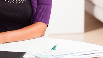 Como o advogado correspondente pode planejar sua renda mensal e controlar os recebimentos?